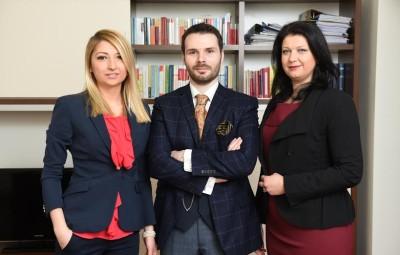 Viviana-Alexandra Boțoacă (la stânga), Mihail Dinu ( în mijloc), Andreea Chirică (în dreapta)